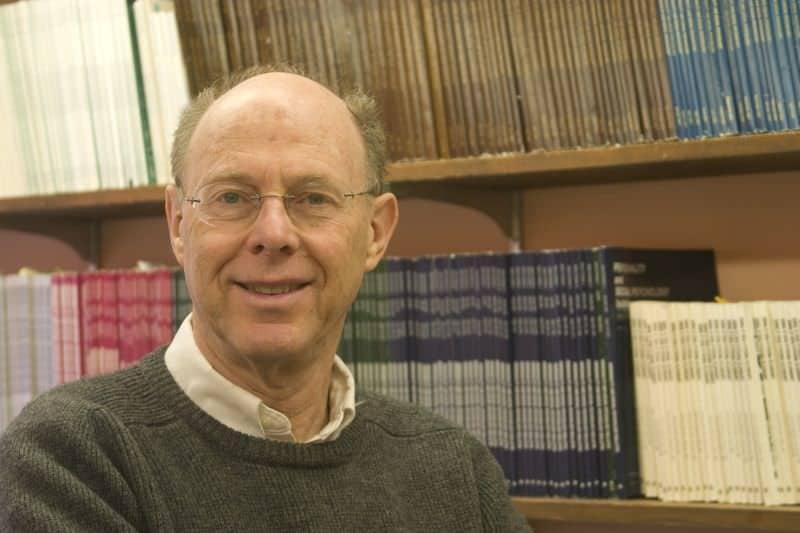 Zeigt Artur Arons den Erfinder der 36 Fragen zum Verlieben in seiner Bibliothek