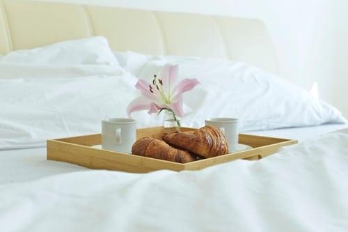 Auseinander gelebt - Fruehstück am Bett um die Liebe zu staerken