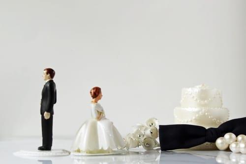 Eheprobleme - Ehemann und Ehefrau schauen in andere Richtungen