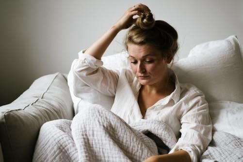 Eine Frau auf der Couch ist einsam in der Ehe