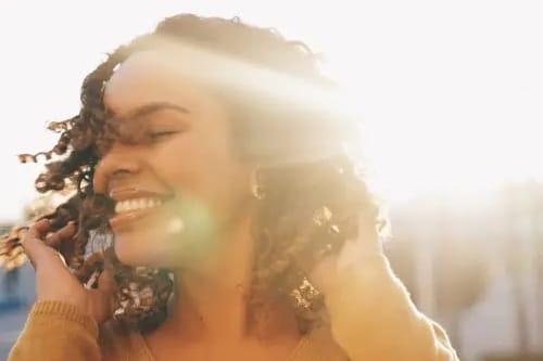 Frau freut sich weil sie eine glückliche Beziehung hat