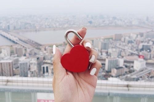 Frau überlegt sich, ob eine Trennung trotz Liebe der richtige Schritt ist
