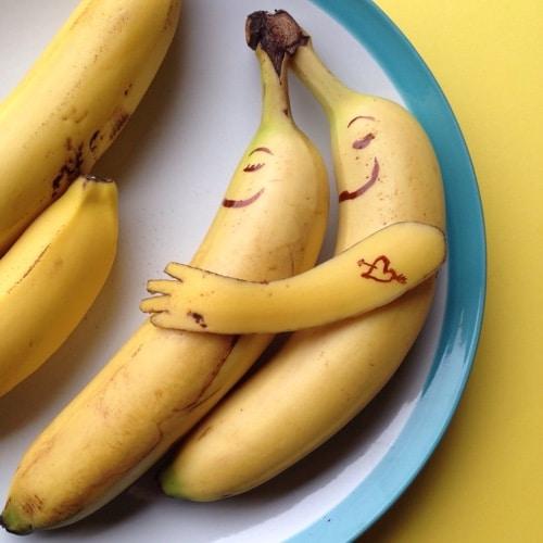 Ich liebe dich symbolisiert durch 2 Bananen, die sich umarmen