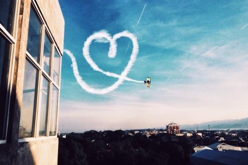 Ich liebe dich: Flugzeug mal ein Herz in den Himmel