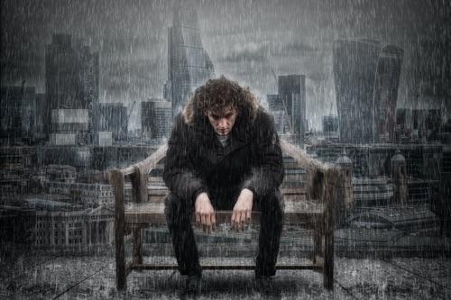 Ein Mann sitzt im Regen und denkt über die emotionale Affäre seiner Frau nach